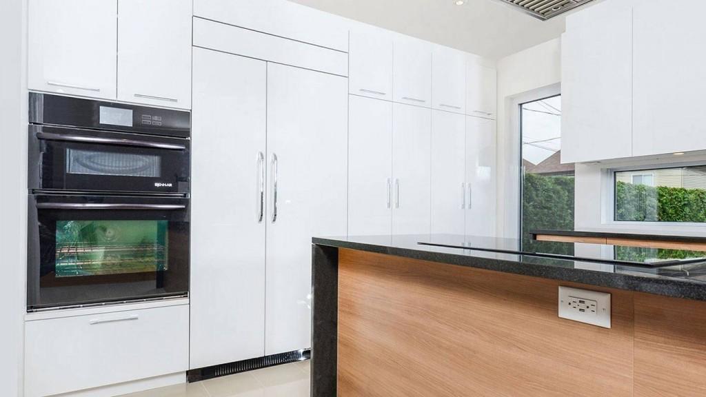 réfrogérateur caché derrière des portes comme les armoires de la cuisine