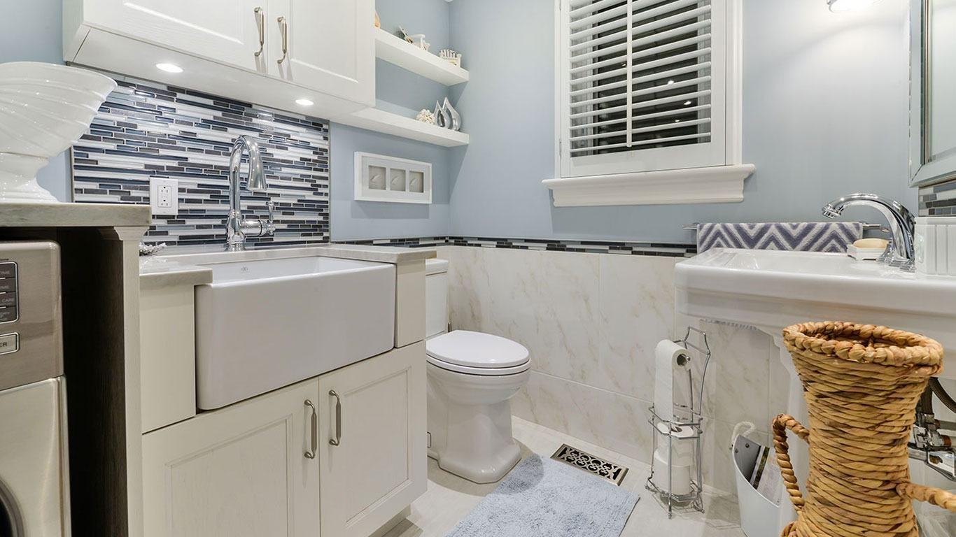 Salle de bain classique avec comptoir en quartzite