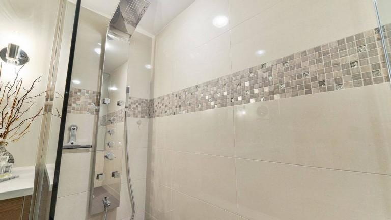 colonne de douche, douche pluie et jet de massage avec insertion de mosaïque