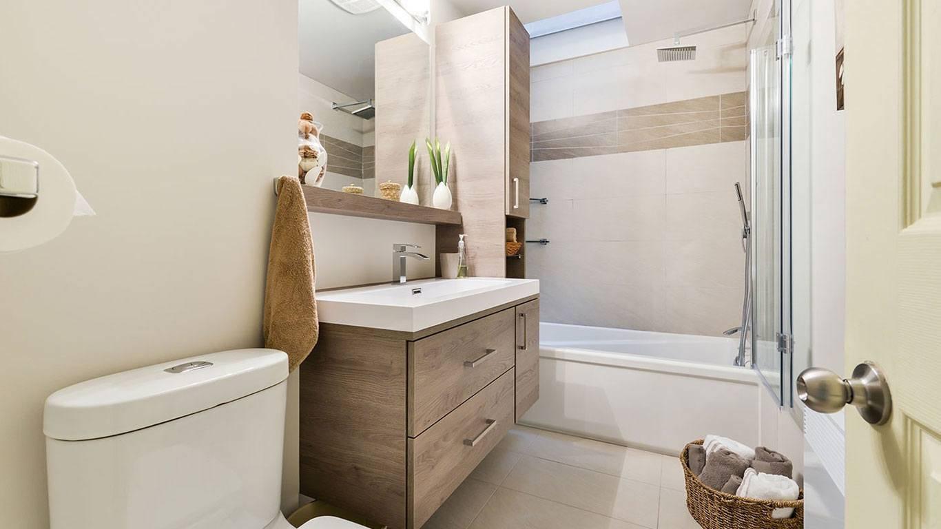 Salle de bain contemporaine avec lavabo spacieux