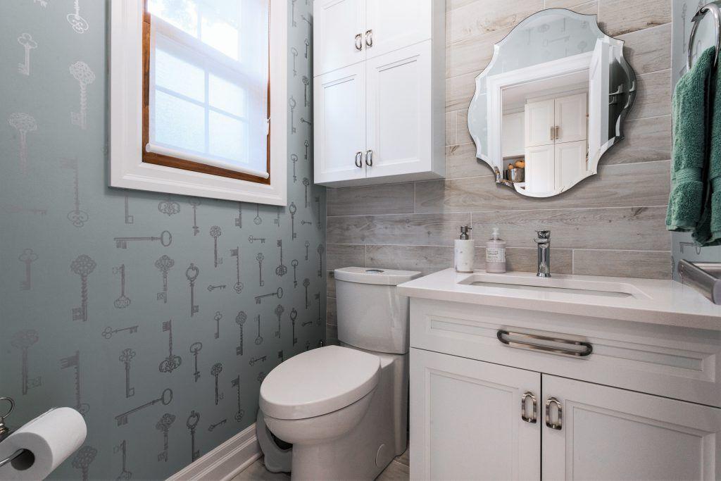 salle d'eau au goût du jour de style classique avec papier peint et céramique au mur