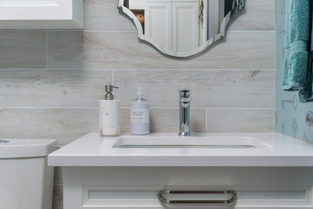 comptoir quartz avedc lavabo sous plan et dosseret en céramique imitation bois